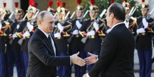 epa04960067 Russian President Vladimir Putin (L) is welcomed by French President Francois Hollande as he arrives at the Elysee Palace for a summit on Ukraine in Paris, France, 02 October 2015. German Chancellor Angela Merkel, Ukrainian President Petro Poroshenko, French President Francois Hollande and Russian President Vladimir Putin take part in the summit. The summit is planned as a follow-up meeting to a Minsk peace agreement inked in February to end ongoing conflict in the eastern part of Ukraine. The peace accord, which included the removal of heavy weapons, has since been flouted many times. EPA/SERGEI CHIRIKOV
